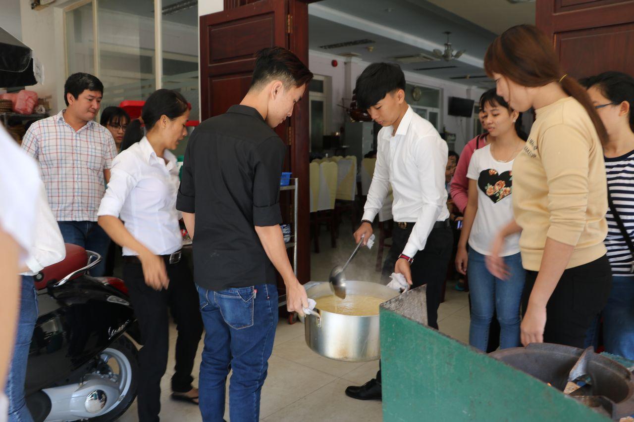 LOng Xuyen Service du repas de Fête du Têt