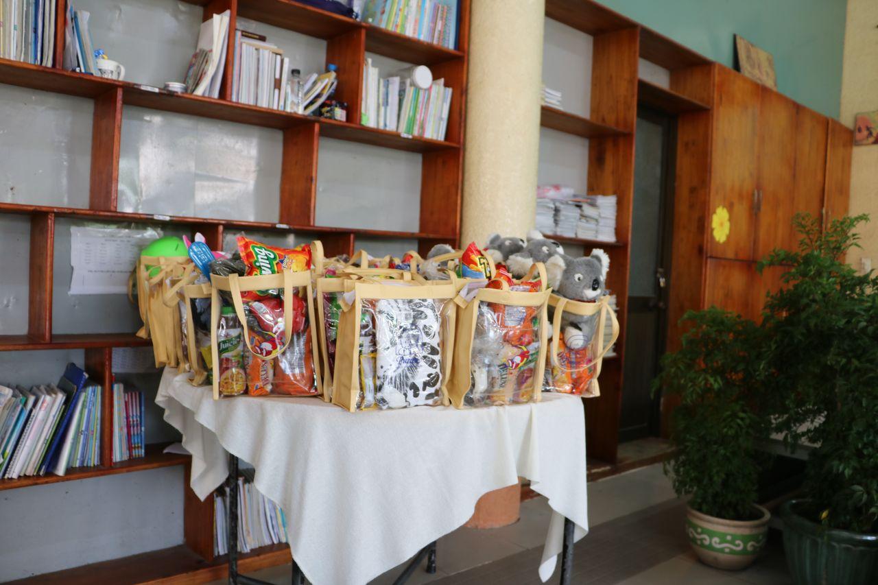 Au Foyer de Soeur Marie : jour de la Fête du Têt,  petits présents pourles enfants